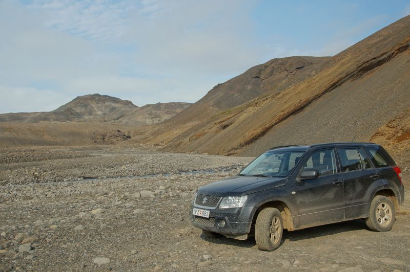 Terreinrijden 4x4 Ijsland naast berg