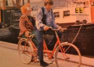 Schiet Bassie van de fiets