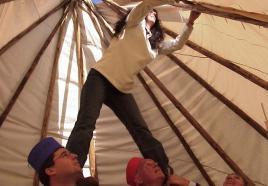 Teambuildingopdracht: Tipi tent bouwen