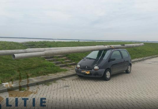 Renault Twingo aangehouden met 2 lantaarnpalen