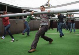 Reuze tafelvoetbalspel: hilarisch bedrijfsuitje